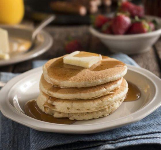 Tortitas americanas con jarabe de arce y mantequilla