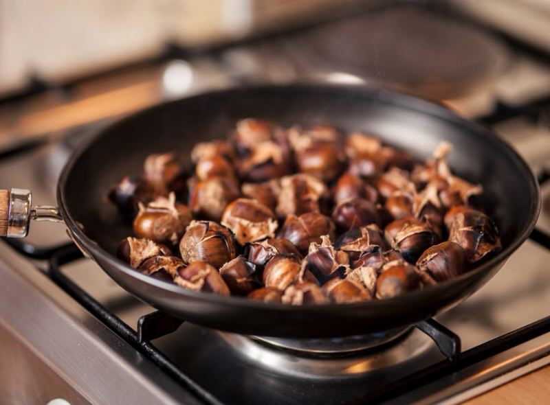 Cómo asar castañas en la sartén