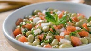 Cómo hacer una ensalada templada de habas y tomate