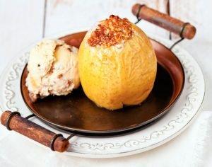 Cómo hacer manzanas asadas al horno con helado de vainilla