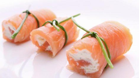 Cómo hacer rollitos de salmón y queso feta