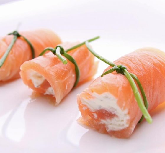 Rollitos de salmón ahumado y queso feta