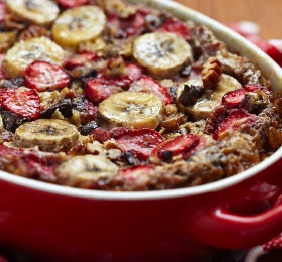 Gachas de plátano y fresas al horno