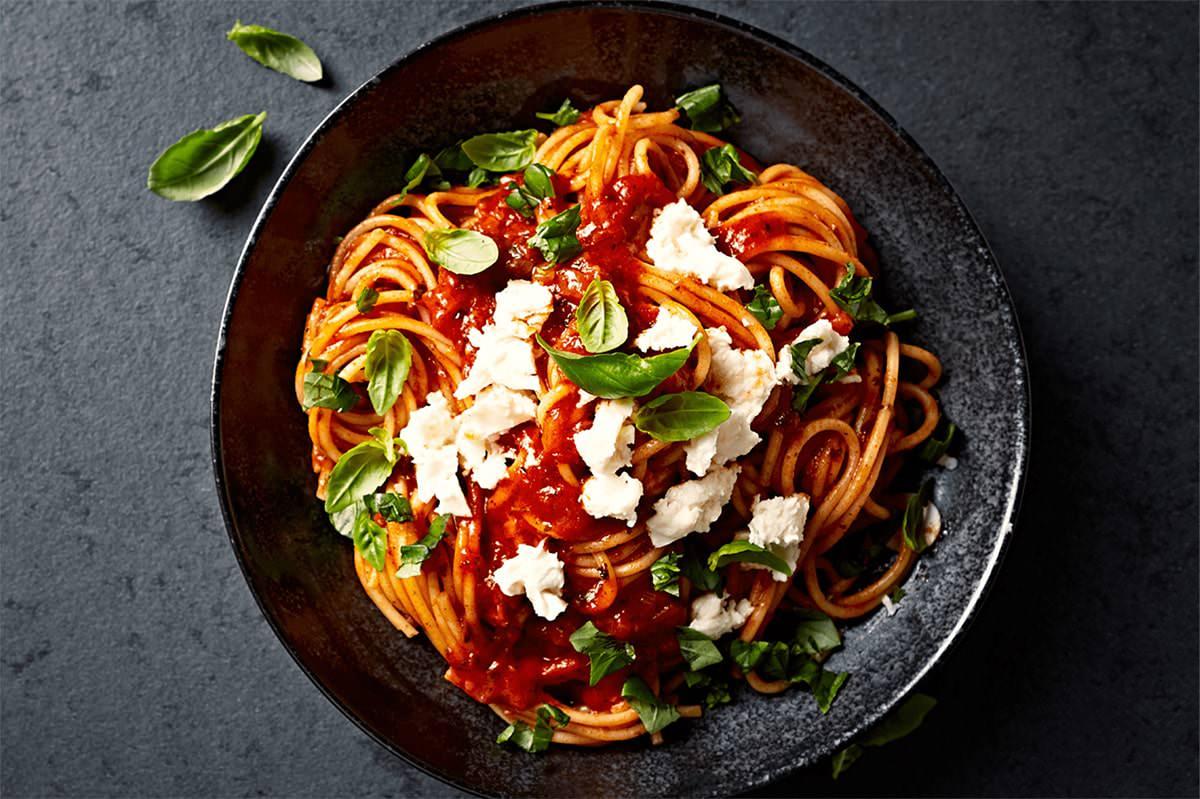 Receta de Espaguetis con salsa de tomate, mozzarella y albahaca