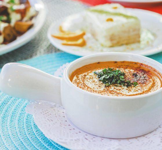 Sopa de tomate con queso de cabra