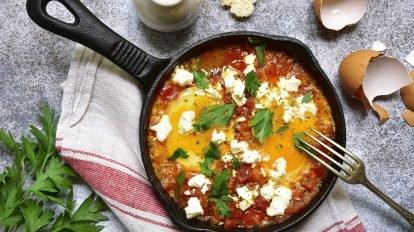 Cómo hacer Tomates con queso y albahaca