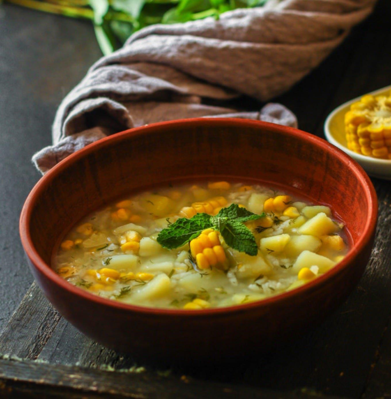 Caldo de papas, millo, huevo y cilantro