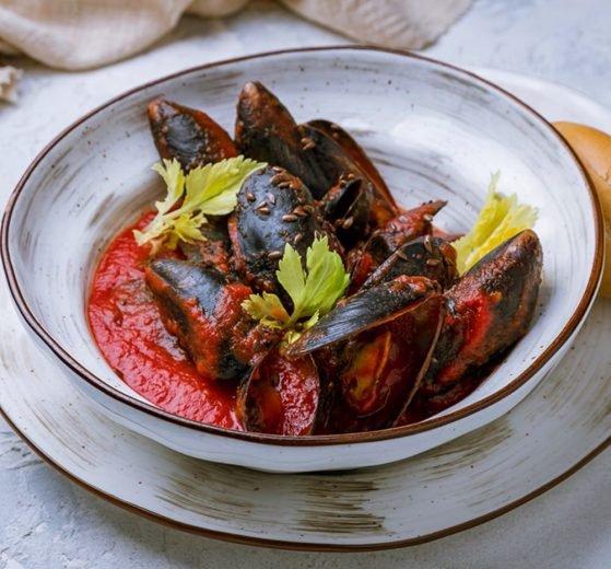 Mejillones con tomate, ajo y perejil