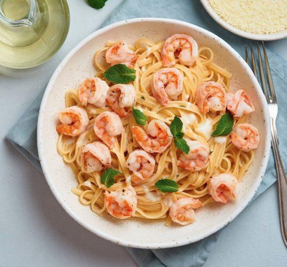 Mix de pasta con verduras, gambas y soja