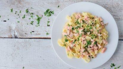 Cómo hacer Tallarines con salmón ahumado y nata