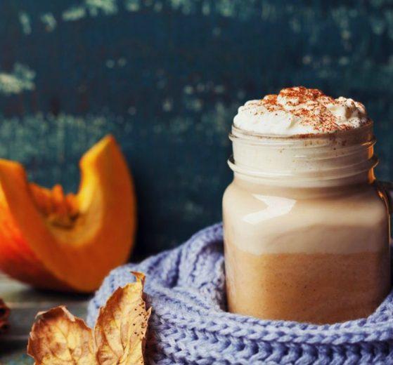 Pumpkin spiced latte (Bebida de calabaza especiada)