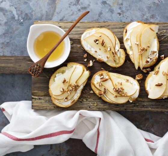 Rulo de queso de cabra con vinagreta de miel y pasas
