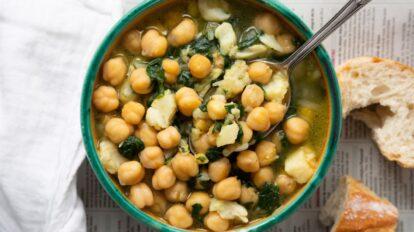 Cómo preparar guiso de judías con leche de coco y espinacas