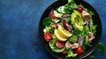Cómo preparar ensalada de aguacate y espinacas