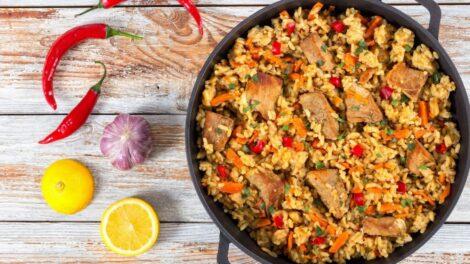 Cómo preparar arroz amarillo con ternera y guisantes