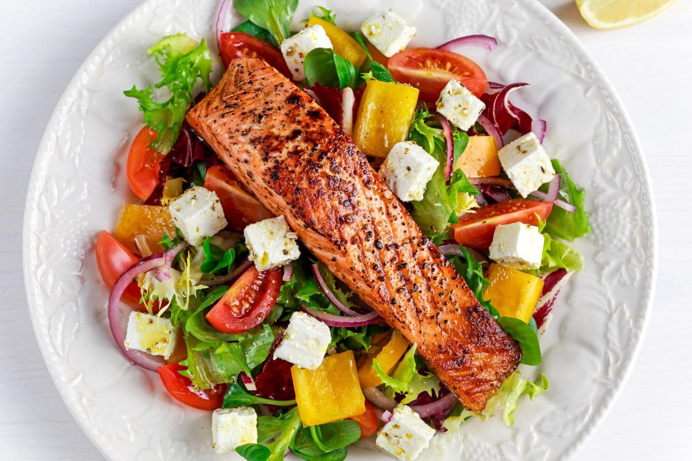 Ensalada de salmón con vinagreta de alcaparras