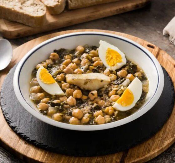 Guiso de legumbres, espinacas y huevos