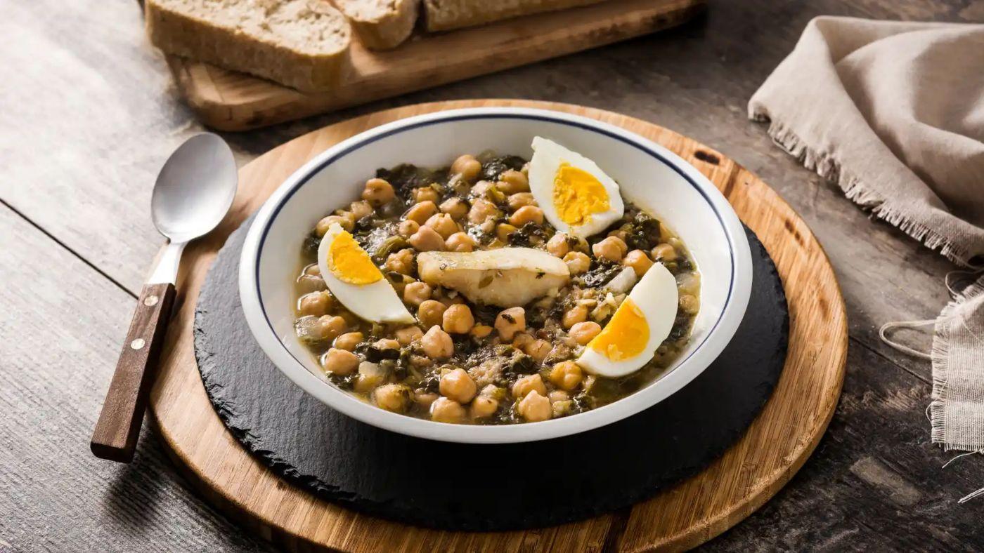 Guiso de legumbres, espinacas y huevo
