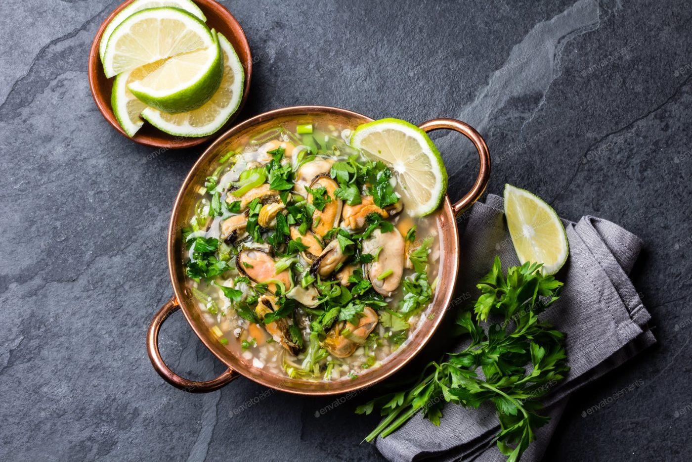 Sopa de arroz con mejillones