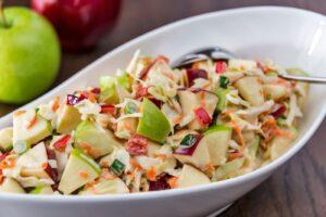 Cómo preparar ensalada de col y manzana