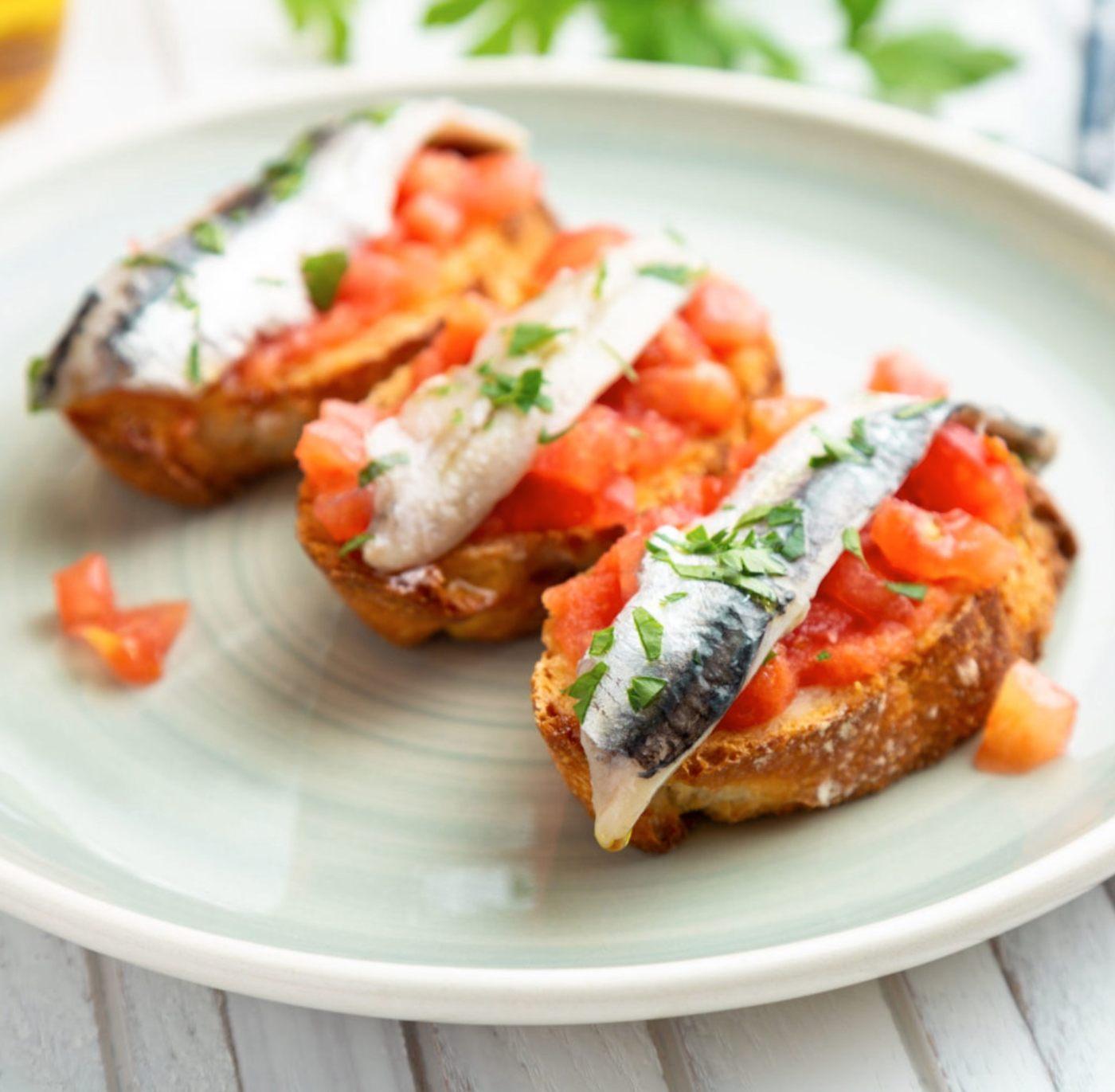 Tostas de pimiento, tomate y anchoas